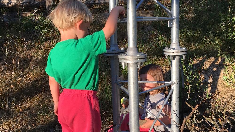 Hrajeme si u stožáru s kameny. Jsou to jako děti a rodiče