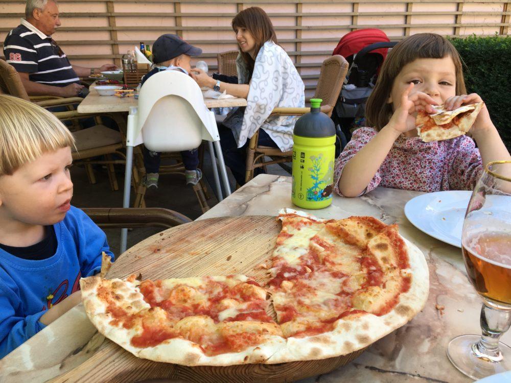 Pizza a vodotrysk před sebou