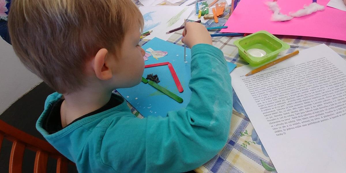 Lepení a malování ve 3 letech